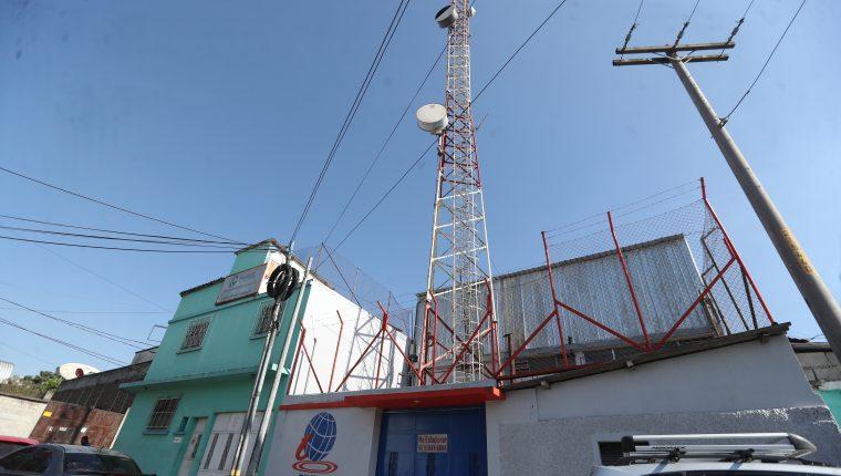 Al final de la avenida Bolívar y 40 calle zona 3 está ubicada una torre de Guatel. (Foto Prensa Libre: Érick Ávila)