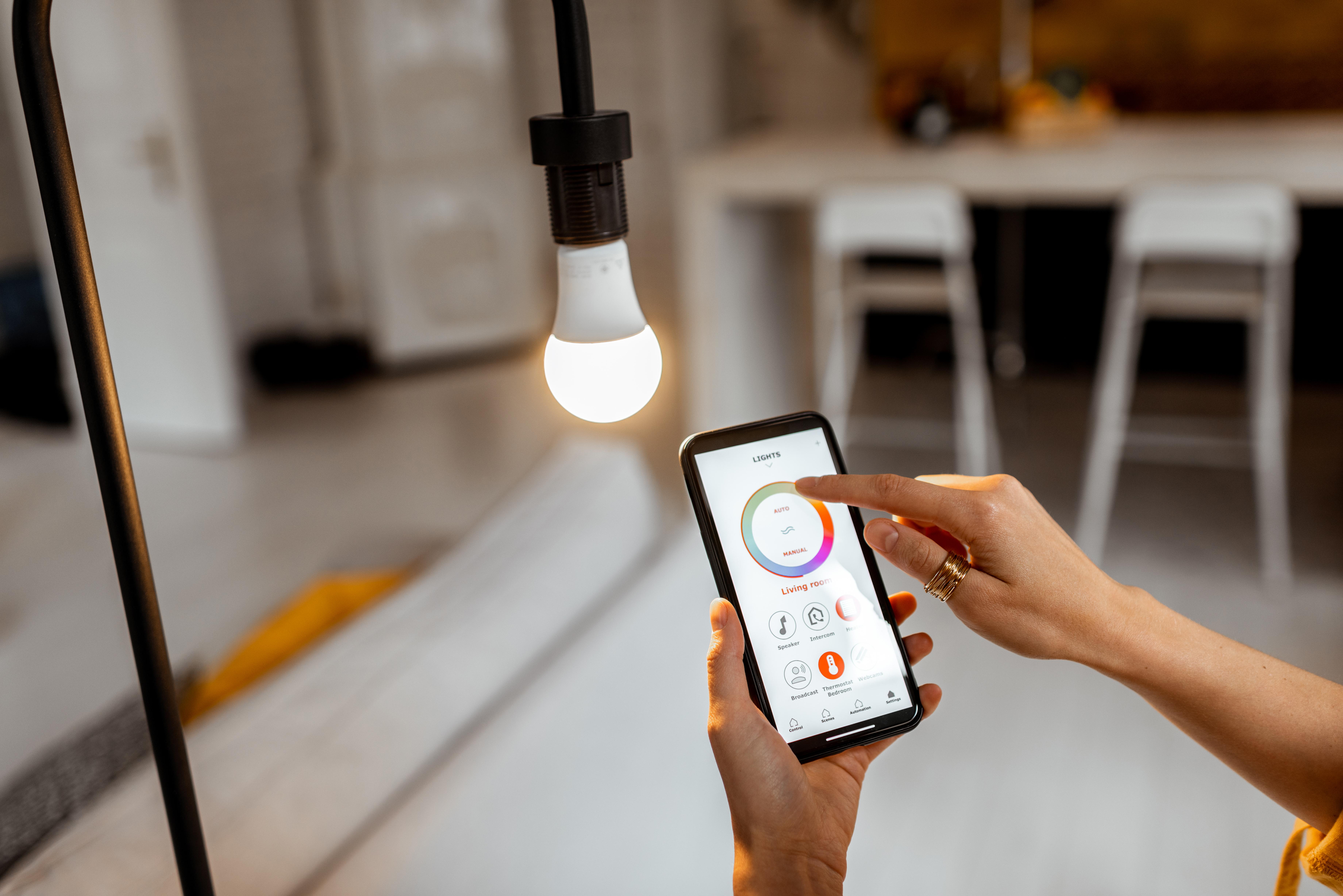 Mediante aplicaciones móviles también se puede controlar un bombillo.