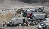 Decenas de camiones usan a diario el basurero de Amsa a pesar de que ya llegó al máximo de su capacidad. (Foto: Erick Ávila)