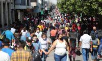 En pandemia del Coronavirus aglomeraciones de personas en el paseo de la Sexta Avenida de la zona 1, donde las personas llegan a comprar regalos y estrenos para las fiestas de fin de a–o.   Fotograf'a. Erick Avila:                            13/11/2020