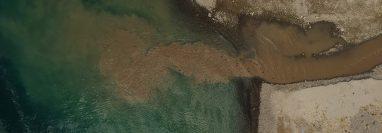 En la toma aérea se evidencian los desechos sólidos y químicos, la deforestación y las aguas residuales contaminan el cuerpo de agua. Fotografía Prensa Libre: Carlos Hernández Ovalle.