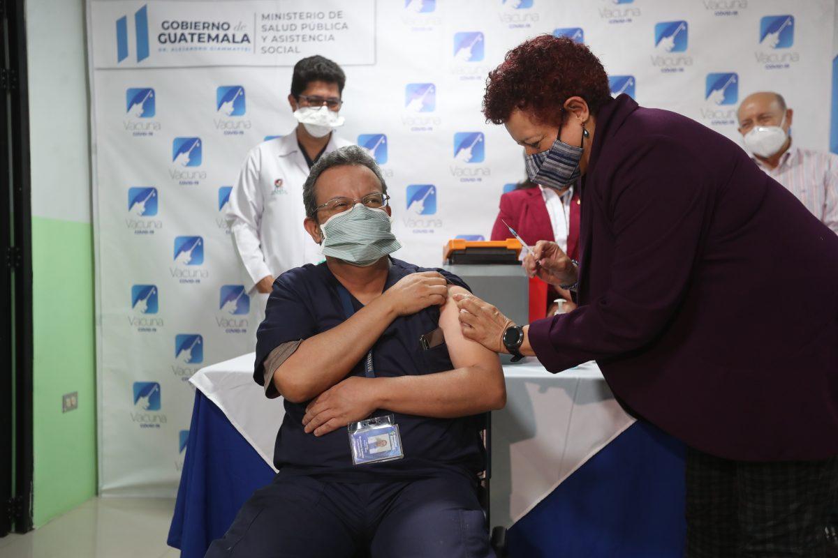Pocas vacunas y un deficiente plan de vacunación: las realidades que acechan a Guatemala frente al covid-19