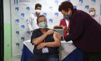 Amelia Flores Ministra de Salud, participa en la primer jornada de vacunación. (Foto Prensa Libre: Erick Ávila)