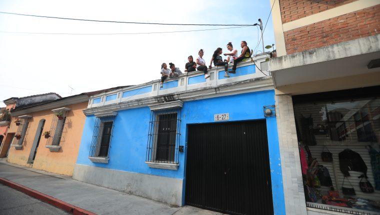 Adolescentes que residen de forma temporal en el hogar estatal Zafiro 1, huyeron de la residencia alegando malos tratos. (Foto Prensa Libre: Juan Diego González)