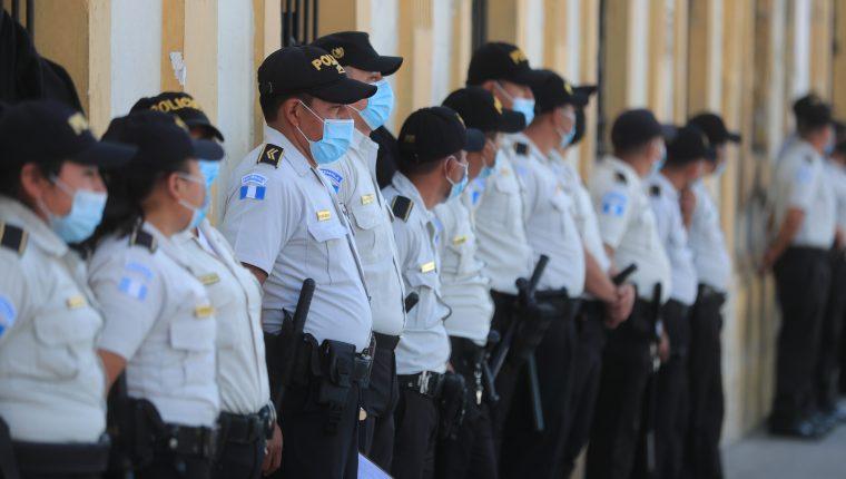Analistas consideran que no se valoran los esfuerzos que efectúan los PNC para profesionalizarse. Foto Prensa Libre: Juan Diego González.
