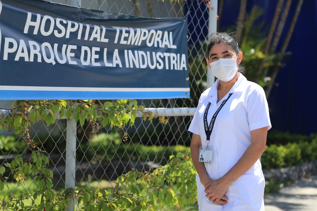 """""""No tengamos miedo, vacunémonos"""", dice Magdalena Guevara, la primera guatemalteca inmunizada"""