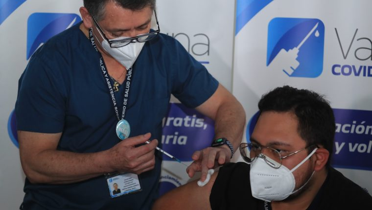 Proceso de vacunación a las primeras personas. que reciben la vacuna, Moderna contra el coronavirus en Guatemala. (Foto Prensa Libre HemerotecaPL)  Juan Diego Gonz‡lez.  250221