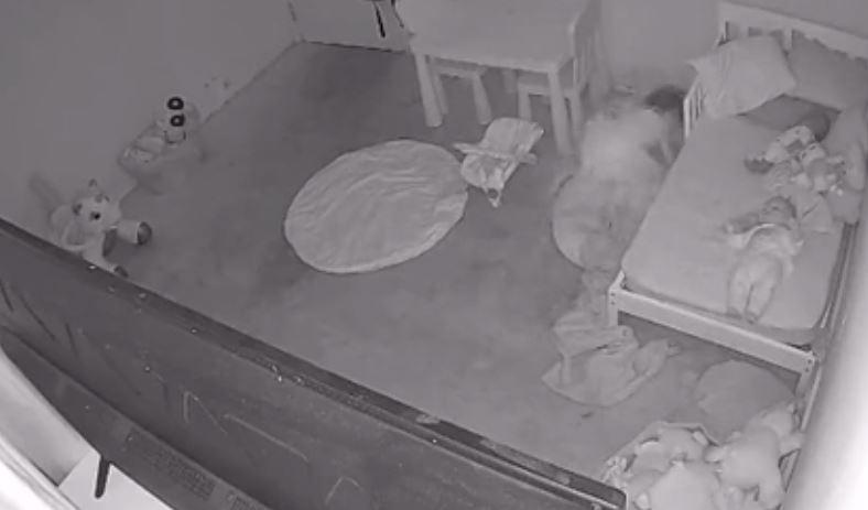 """Un padre muestra el fenómeno paranormal de la habitación de su hija: """"Claramente es arrastrada bajo la cama"""""""