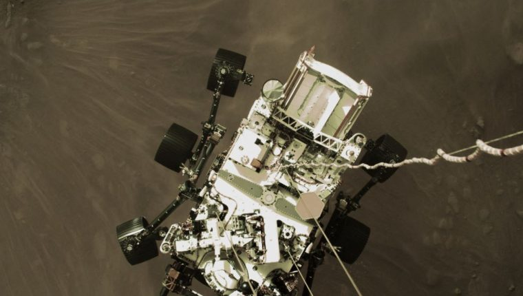 El rover Perseverance siendo bajado por Sky Crane a la superficie de Marte. (Foto Prensa Libre: AFP)