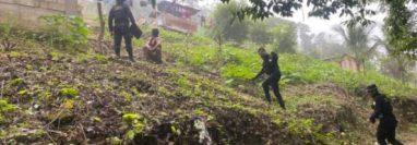 Agentes de la PNC buscan a Sharon Figueroa Arriaza, en Mechor de Mencos, Petén. (Foto Prensa Libre: PNC)