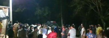 Pobladores de San Benito, Petén, se reunieron la noche del sábado 13 de febrero para buscar a una bebé robada. (Foto Prensa Libre: Facebook Noticias de Petén)