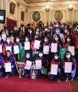 Las integrantes del Deportivo Xela reciben un reconocimiento. (Foto Prensa Libre: María José Longo)