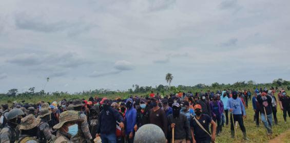 Situación tensa en la aldea Rosa Jamaica, en Sayaxché, Petén, donde pobladores impiden trabajo de autoridades. (Foto Prensa Libre: Ejército de Guatemala)