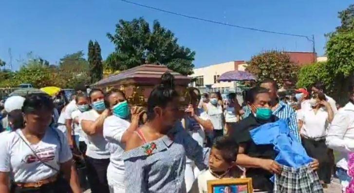 Familiares y vecinos dan el último adiós a Sharon Figueroa. (Foto Prensa Libre: Wilder López)