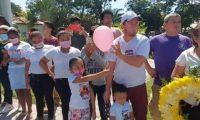 Personas portan globos en memoria de Sharon Figueroa. (Foto Prensa Libre: Wilder López)