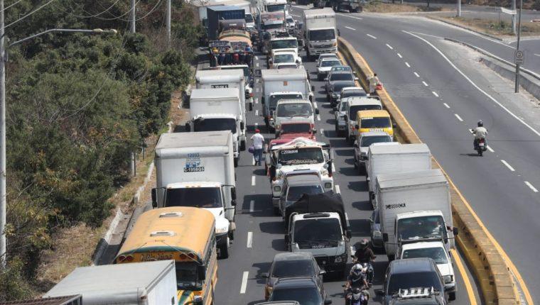El tránsito vehicular empezó a aumentar durante la semana en la capital. Foto con fines ilustrativos. (Foto, Prensa Libre: Hemeroteca PL).
