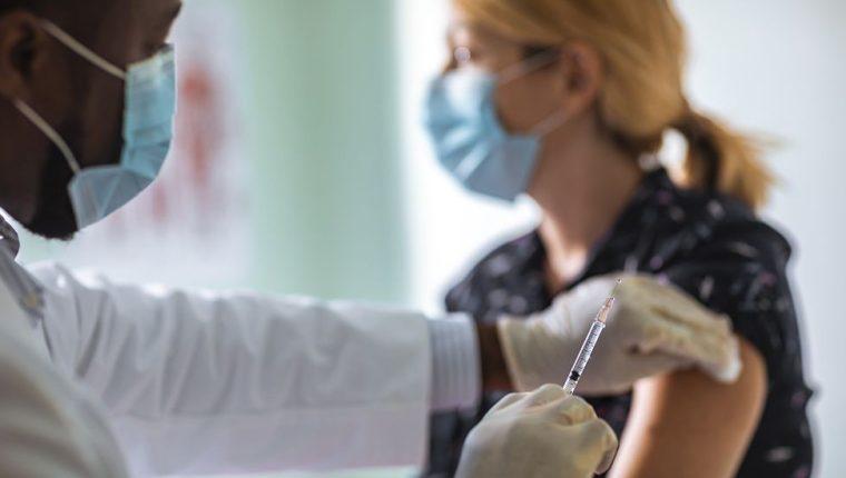 Varios países comenzaron a vacunar a sus ciudadanos contra el coronavirus. (Foto Hemeroteca PL)