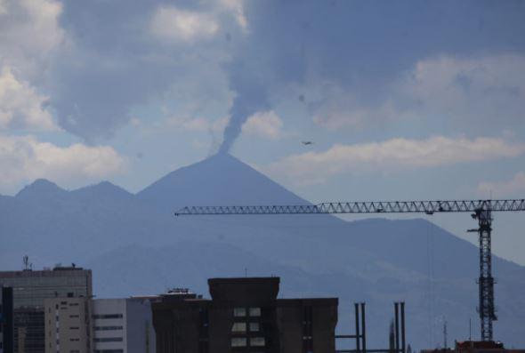 Actividad del Volcán de Pacaya vista desde la capital. (Foto Prensa Libre: Byron García)