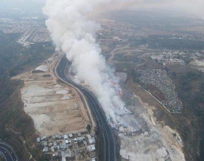 """""""Casi no dormimos"""": familias que están cerca del voraz incendio en el vertedero de Amsa temen que el fuego se acerque más"""