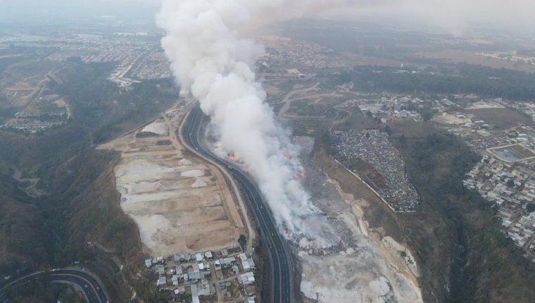 Vecinos esperan que el incendio se controle ala brevedad, ya que temen que sus familias corran peligro. Fotografía: Prensa Libre.
