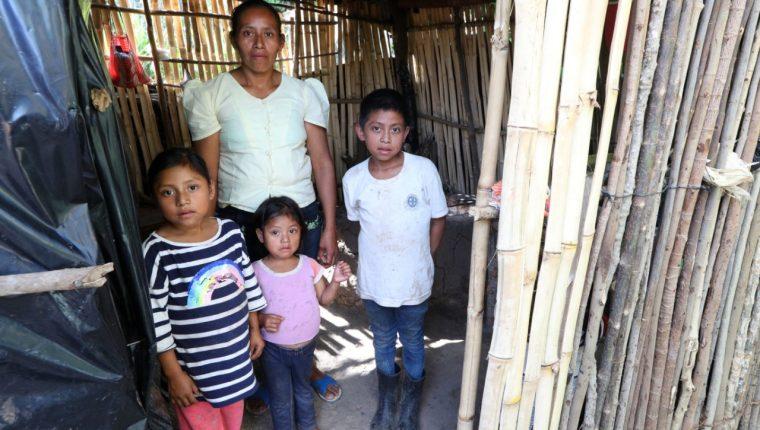 Lidia Hernández posa junto a sus tres hijos en su vivienda precaria ubicada  en un caserío de Jocotán, Chiquimula. Foto: María Reneé Barrientos