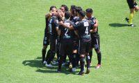 El Moyo Contreras es felicitado por sus compañeros después de anotar contra Antigua. Foto Cortesía Byron Mendoza.