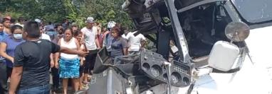 El accidente entre un camión y un bus dejó dos personas fallecidas. (Foto: Cortesía)