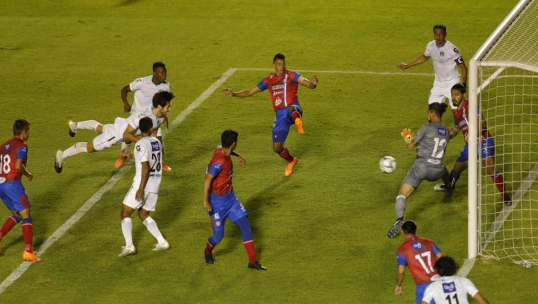 Nicolás Samayoa en el momento que anota el segundo gol de Comunicaciones frente a Xelajú MC. (Foto Prensa Libre; Esbin García).