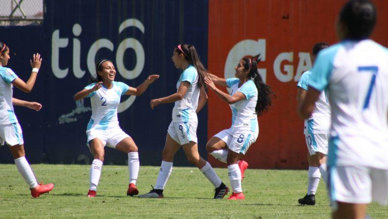 Andrea Álvarez festeja con sus compañeras de selección. (Foto Prensa Libre: Fedefut)