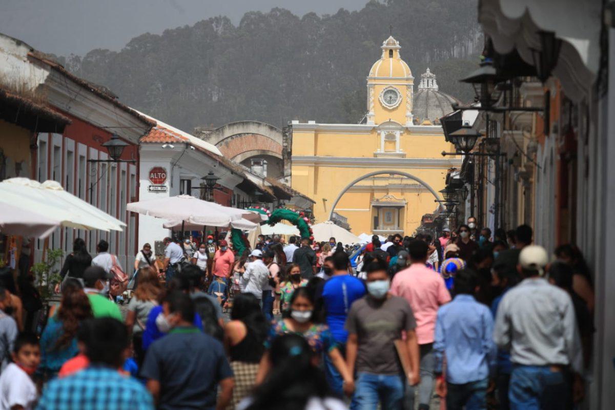 Guatemaltecos acuden a Antigua para celebrar el Día del Cariño a pesar de caída de ceniza