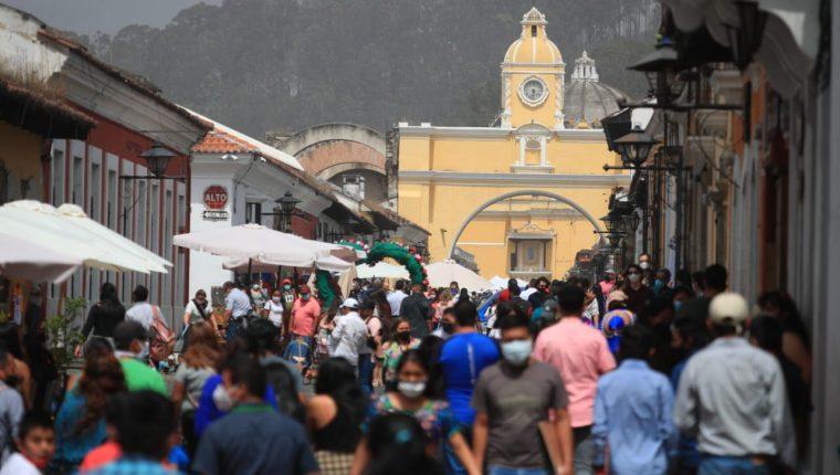 Decenas de personas acudieron a Antigua Guatemala para celebrar el Día del Cariño. (Foto Prensa Libre: Carlos Ovalle)