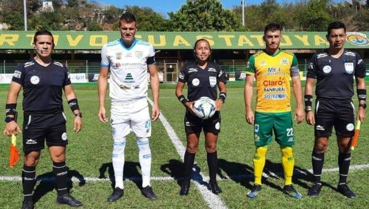 Astrid Gramajo se convirtió en la primera árbitra en la Liga Nacional de Futbol de Guatemala. En la foto con los asistentes y capitanes de Guastatoya y Sanarate. Foto Prensa Libre: Cortesía Tercer Tiempo.