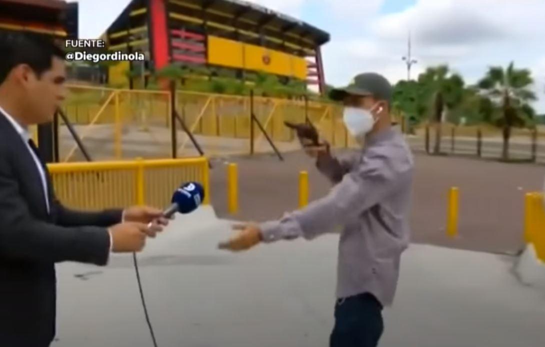 """""""Dame el teléfono"""": El dramático robo que sufrió un equipo de periodistas afuera de un estadio en Ecuador"""