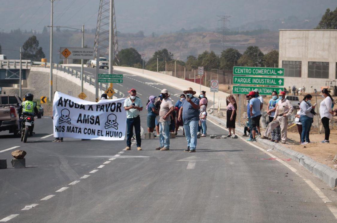 Vecinos bloquean km 22.5 de la ruta al Pacífico para exigir cierre del vertedero de Amsa