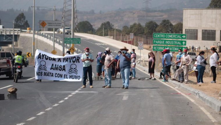 Vecinos de colonias cercanas al vertedero de Amsa, bloquean el km 22.5 de la ruta al Pacífico, en Villa Nueva, para exigir el cierre del basurero. (Foto Prensa Libre:)