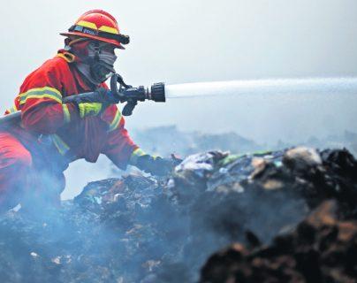 Expresiones y heroísmo: impresionantes imágenes de los guerreros del fuego que sofocaron incendio en el basurero de Amsa
