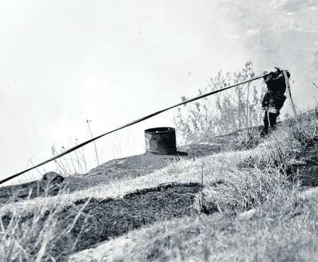 Los socorristas utilizaron mangueras de más de 20 metros de largo para llegar hasta las llamas del siniestro que inició el 19 de diciembre pasado.  (Foto Prensa Libre: Byron García)