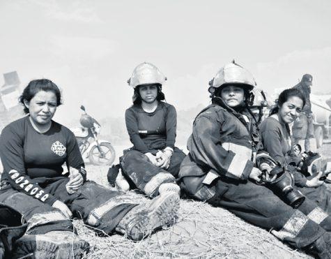 Sonrisas y miradas de satisfacción fueron evidentes entre los miembros  de la Asociación de Bomberos Departamentales de Guatemala, tras controlar el incendio que afectó a la mayoría de poblados del sur de la capital.  (Foto Prensa Libre: Elmer Vargas)