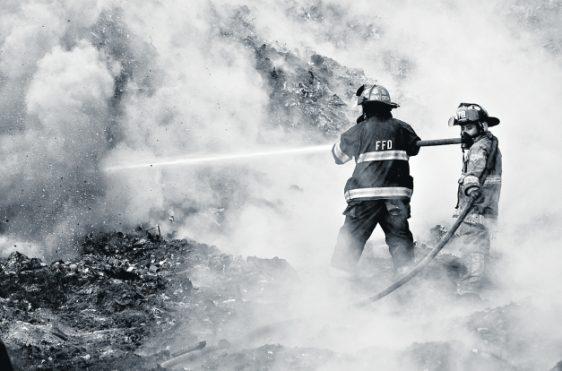 Según relatos de los apagafuegos, en ocasiones imaginaban que luchaban contra un gigante sin pies ni cabeza, pero con el esfuerzo solidario se logró controlar las llamas. (Foto Prensa Libre: Fernando Cabrera)