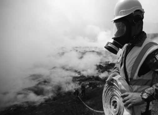 El viento y el humo dificultaron el trabajo, pero socorristas utilizaron trajes especiales. (Foto Prensa Libre: Carlos Hernandez Ovalle)