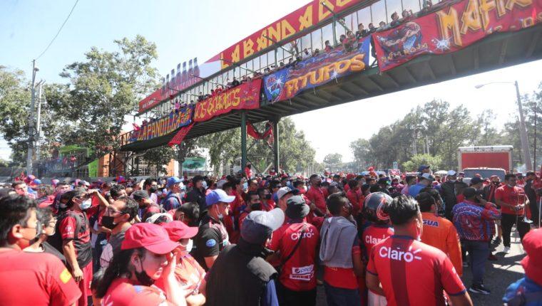 El encuentro fue a puerta cerrada, pero grupos se apostaron afuera del estadio. (Foto Prensa Libre: Érick Ávila)