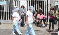 Personal médico en el hospital general San Juan De Dios, donde se ha registrado un repunte de casos atendidos que casi lo hacen colapsar. (Foto Prensa Libre: Hemeroteca PL)