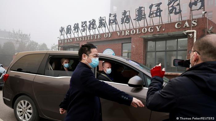 Escoltados por la seguridad china, la misión de la OMS, arriba este miércoles al Instituto de Virología de Wuhan. Entre los miembros del equipo se encontraba el doctor Peter Daszak.(Thomas Peter/REUTERS)