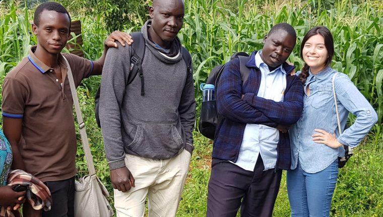 Cristina Domínguez Domínguez y su equipo de trabajo, junto a un panel solar utilizado para irrigación en una granja familiar en Kenia, en el 2019. Foto: Cristina Domínguez