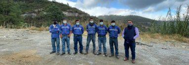 Los seis trabajadores de la empresa Tega, luego de ser liberados. (Foto: cortesía)