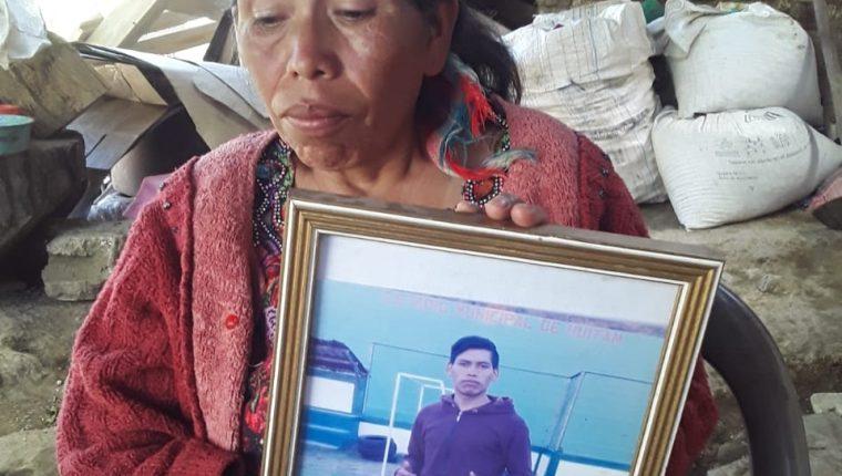 Ángela López, madre de Marvin Alberto Tomás López, de 22 años, futbolista del Juventud Comiteca, muestra la foto de su hijo. Foto Prensa Libre:  Cortesía Dayanna García.