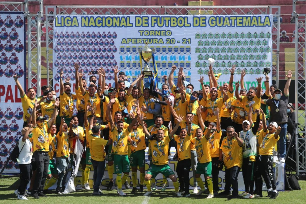 Guastatoya levanta la copa de campeón del Apertura 2020