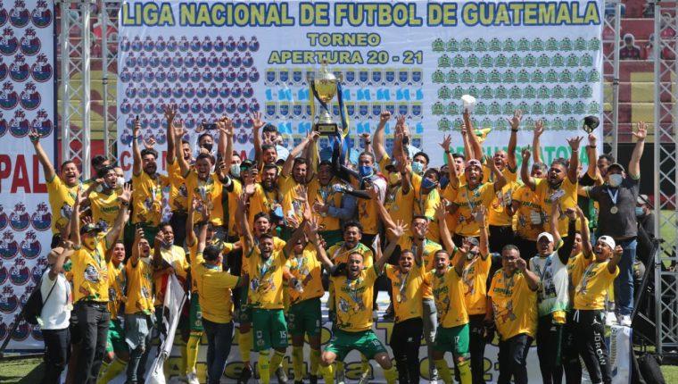 Guastatoya festeja con la copa de campeón del Torneo Apertura 2020. Foto Prensa Libre: Érick Ávila.