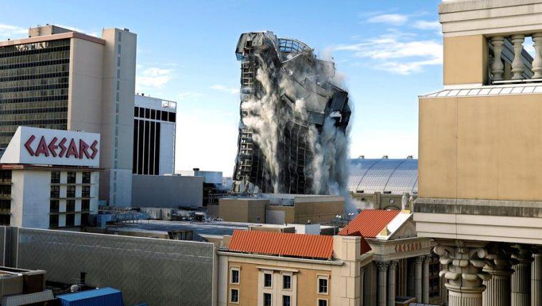 En apenas veinte segundos, se desmoronó la torre que un día el empresario y expresidente Donald Trump erigió como la joya de la corona de su imperio hotelero y por el que durante varias décadas pasaron músicos, actores y famosos. (Foto Prensa Libre: EFE)