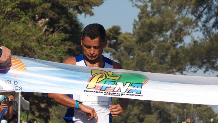 Érick Barrondo en el momento que ingresa a la meta en el Campeonato Nacional 2021. (Foto Federación de Atletismo).